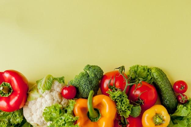 Gezonde schone eetlay-out, vegetarisch voedsel en dieetvoedingsconcept. diverse verse groenteningrediënten voor salade