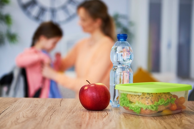 Gezonde schoollunchbox met broodje en verse groenten