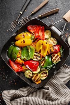 Gezonde smakelijke groenten die op pan worden geroosterd