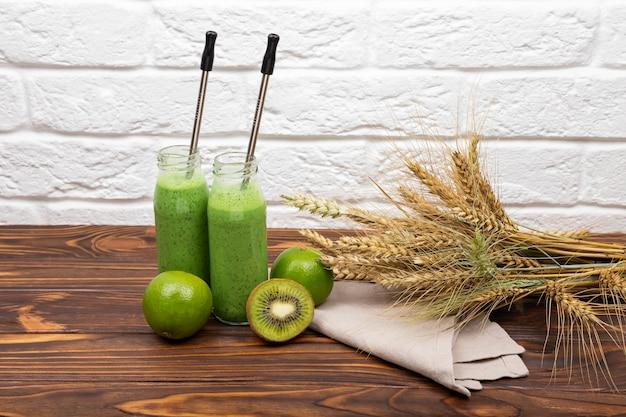 Gezonde smoothie voor het ontbijt rauwe groene smoothiedrank