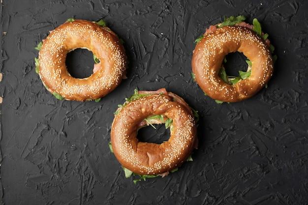 Gezonde snack. bagels met zalm en rucola