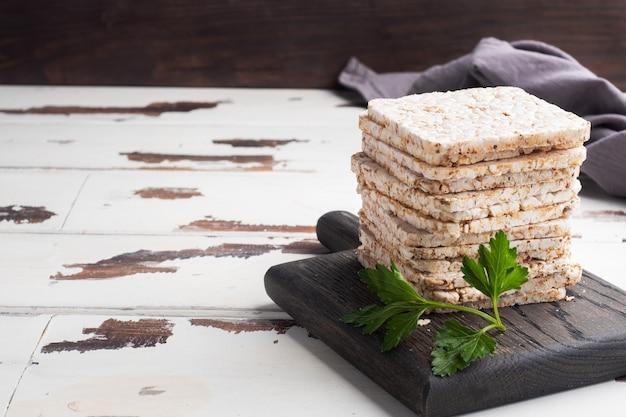 Gezonde snack knapperig knäckebröd met verse peterselieblaadjes