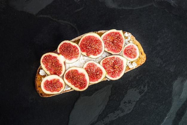 Gezonde snack van zuurdesembrood toast, vijgen en ricotta chee