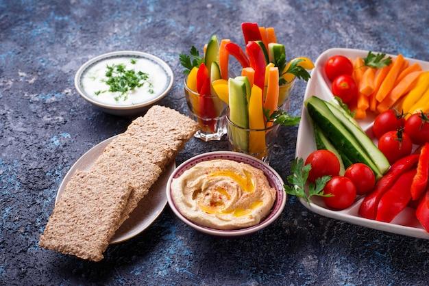 Gezonde snacks. groenten en hummus