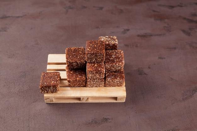 Gezonde snoepjes. snoepjes met gedroogd fruit (gedroogde dadels, pruimen of abrikozen) met honing en noten.