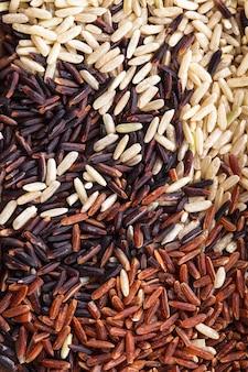 Gezonde strooirijstvariant: bruin, rood en wildzwart