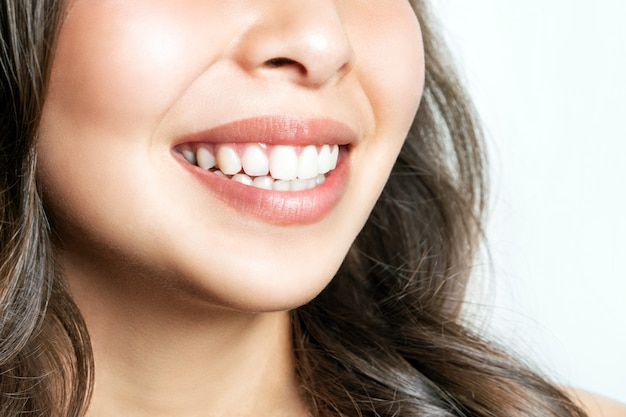 Gezonde tanden glimlach van een jonge vrouw