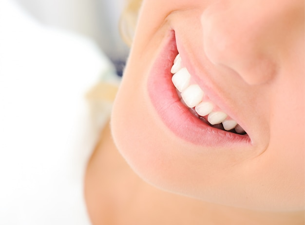 Gezonde tanden, mooie glimlach, jonge vrouw