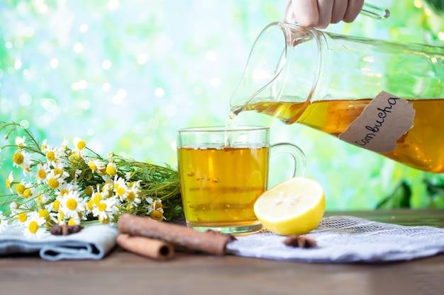 Gezonde theekombucha met citroen en kaneel. recept voor zelfgemaakte kombucha