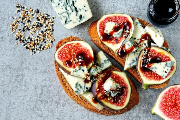 Gezonde toast met vijgen en blauwe kaas.