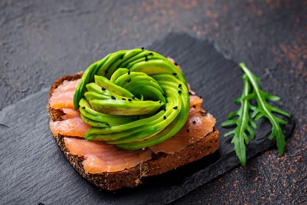 Gezonde toast met zalm en avocado roos