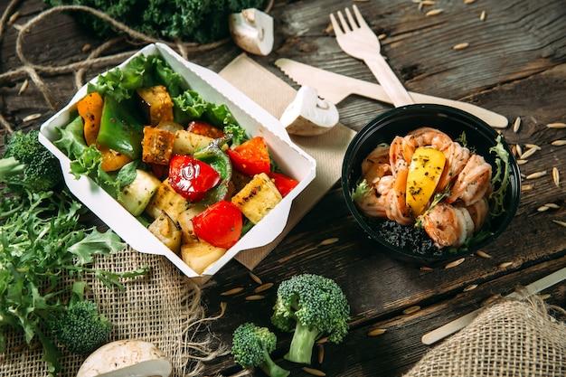 Gezonde tofu salade met groenten en garnalen