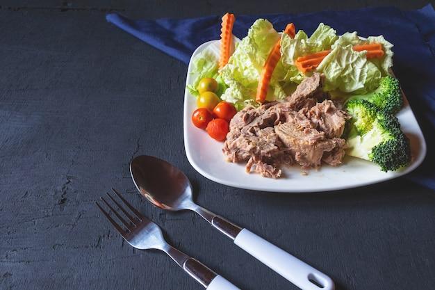 Gezonde tonijn en groenten in een plaat op de tafel