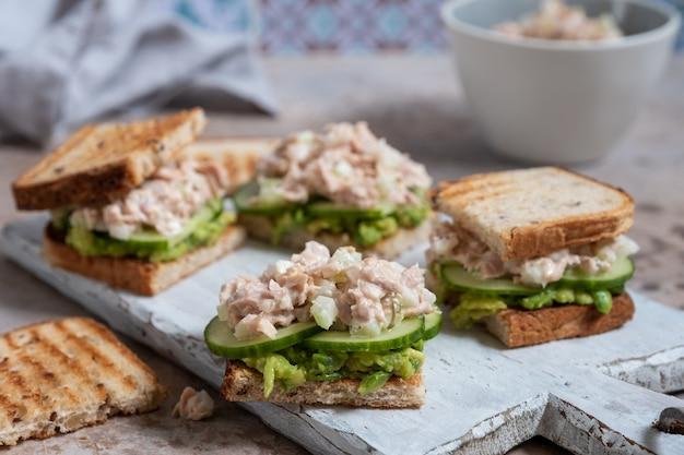 Gezonde tonijnsandwich met avocado en komkommer