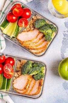 Gezonde uitgebalanceerde lunchbox met kip, rijst, groenten. office food, gezonde levensstijl concept.