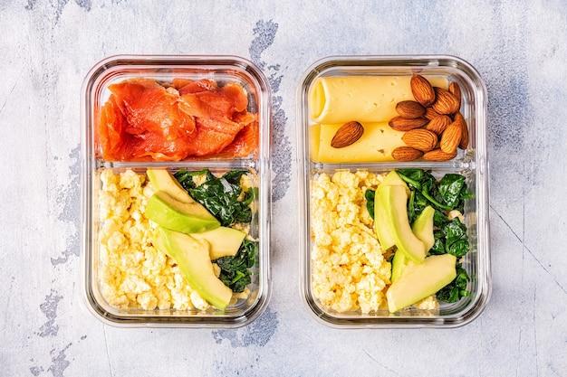 Gezonde uitgebalanceerde lunchdoos, ketogene dieetlunch, thuisvoeding voor kantoorconcept.