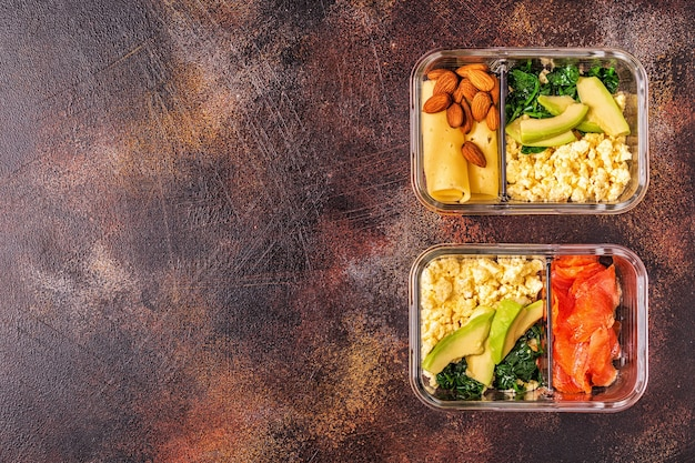 Gezonde uitgebalanceerde lunchdoos, ketogene dieetlunch, thuisvoedsel voor kantoorconcept.