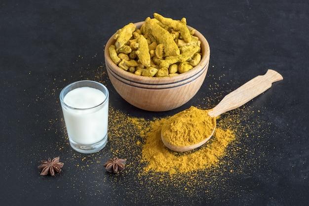 Gezonde vegan kurkuma gouden melk, kurkumawortel