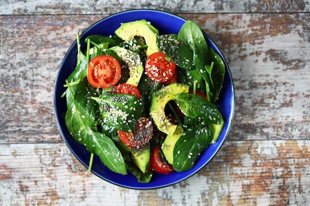 Gezonde vegan salade met avocado en chiazaad.