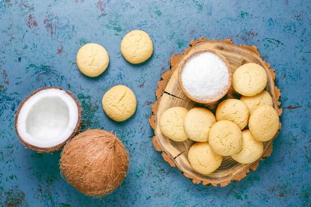 Gezonde vegan zelfgemaakte kokoskoekjes met halve kokosnoot