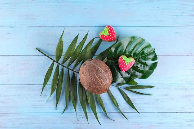 Gezonde veganist eigengemaakte kokosnoot verglaasde cookieswith kokosnoot op lichte achtergrond