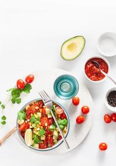 Gezonde veganistische avocado suikermaïssalade