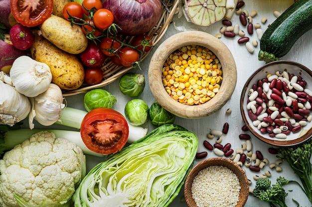Gezonde veganistische levensstijl met groenten platliggende voedselfotografie