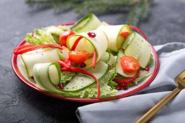 Gezonde vegansalade met verse groenten