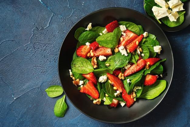 Gezonde vegetarische salade met aardbeien en spinazie