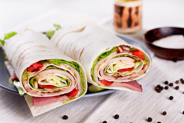 Gezonde vegetarische salade tortilla wraps