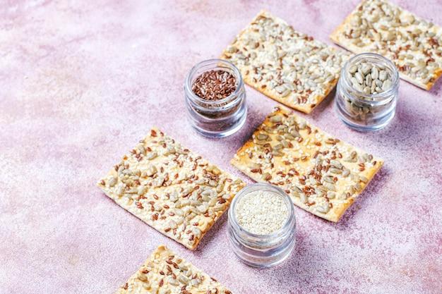 Gezonde vers gebakken glutenvrije crackers met zaden.