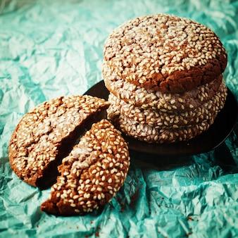 Gezonde vers gebakken koekjes met sesam
