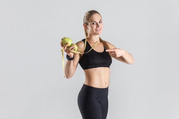 Gezonde vers voedsel concept vrouw wijzende vinger naar groene appel