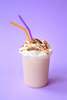 Gezonde verse chocolade smoothie of milkshake. zomer koud drankje. eiwitcocktails met chocoladekoekjes en karameltopping