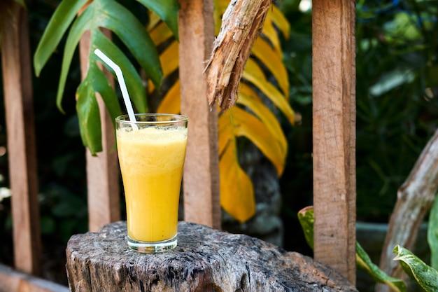 Gezonde verse exotische smoothie cocktail drank. detox juice