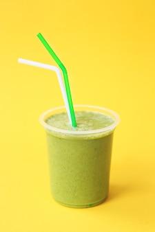 Gezonde verse groene smoothie of vers sap. zomer koud drankje. biologische eiwitcocktails met fruit en groenten. veganistische drank, plantaardig smohty. groen woonconcept.
