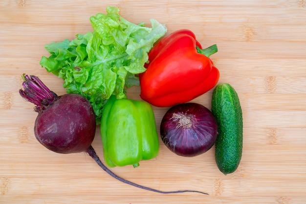 Gezonde verse groenten op een houten bord om te snijden. gezonde levensstijl dieet.
