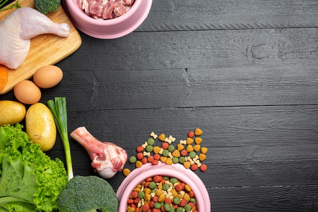 Gezonde verse voedselingrediënten voor huisdieren op donkere ondergrond