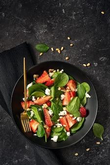 Gezonde vitaminesalade met spinazie, aardbei, feta en noten