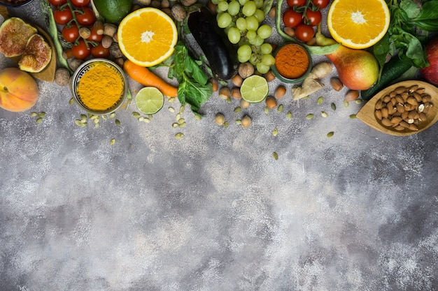 Gezonde voeding achtergrond, frame van biologisch voedsel. ingrediënten voor gezond koken: groenten, fruit, noten, kruiden.