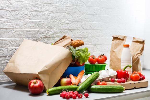 Gezonde voeding achtergrond, groenten, fruit, eieren en zuivelproducten op witte tafel, bovenaanzicht