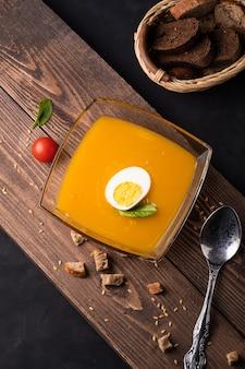 Gezonde voeding concept en kruiden in witte kom - gezonde verse zelfgemaakte veganistisch vegetarisch dieet biologische maaltijd eten lunch soep