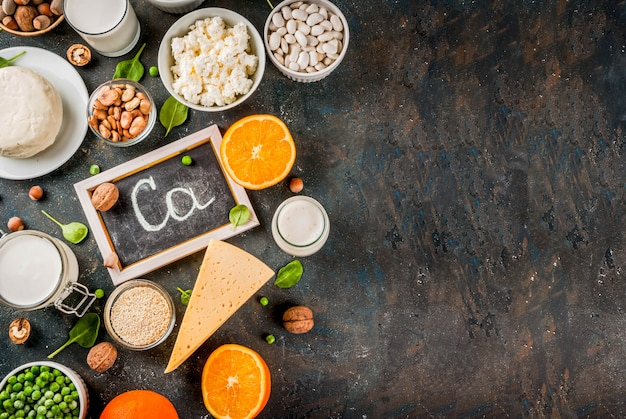 Gezonde voeding concept. set van voedsel rijk aan calcium - zuivel en veganistische ca-producten donkerblauwe achtergrond
