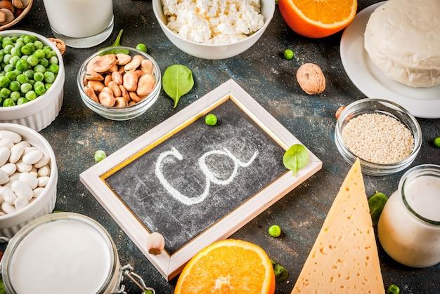 Gezonde voeding concept. set van voedsel rijk aan calcium - zuivelproducten en veganistische ca-producten