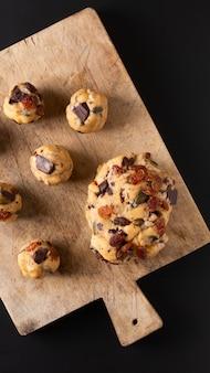Gezonde voeding concept zelfgemaakte rauwe deeg van trail mix biologische hele korrels energie cookies op een houten bord met kopie ruimte