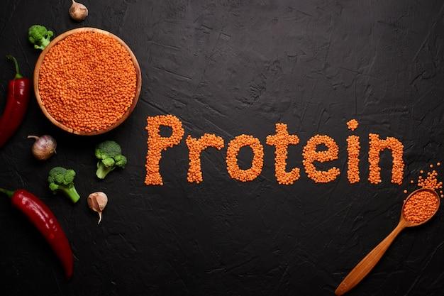 Gezonde voeding, dieet, concept vegan eiwitbron. rauw van peulvruchten, rode linzen. bovenaanzicht plat lag.