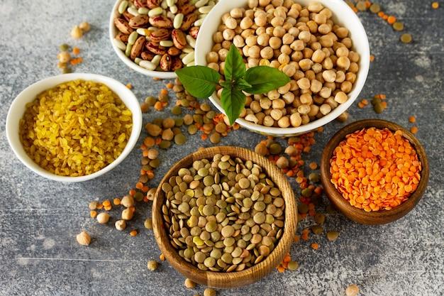 Gezonde voeding dieet veganistische eiwitbron rauwe peulvruchten kikkererwten rode linzen