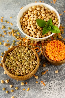 Gezonde voeding dieetconcept veganistische eiwitbron rauw van peulvruchten kikkererwten
