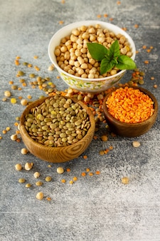 Gezonde voeding dieetconcept veganistische eiwitbron rauwe peulvruchten kikkererwten rode linzen