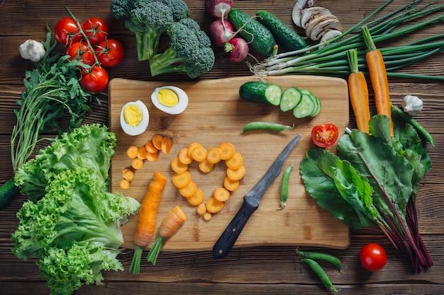 Gezonde voeding en ingrediënten op rustieke houten achtergrond